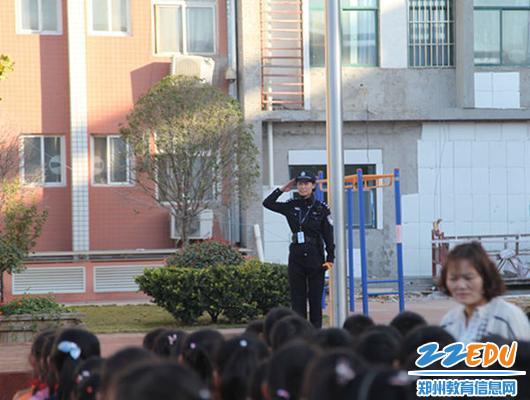 3.柳林分局夏尚宇警官向全校师生进行安全教育知识培训