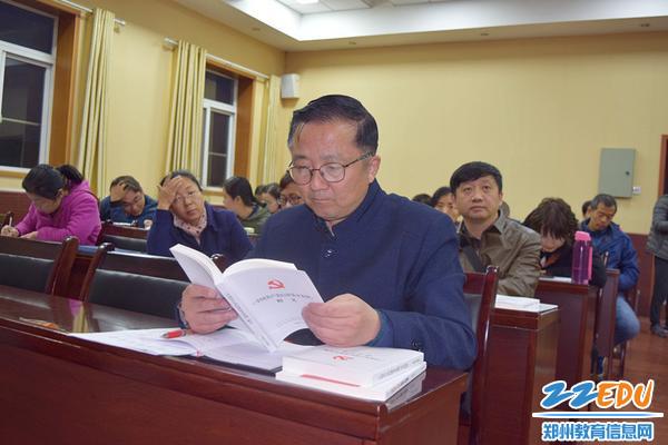 郑州三中党总支书记、校长查保翔和全体党员干部一起学习《条例》学习问答_副本