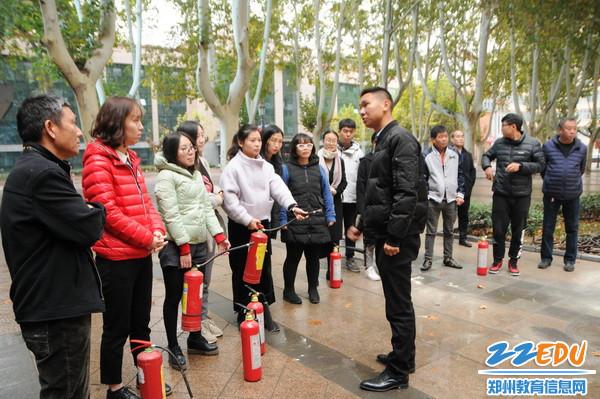 河南省安居防火宣传中心特级教员彭辉来校给老师们讲解灭火要领1