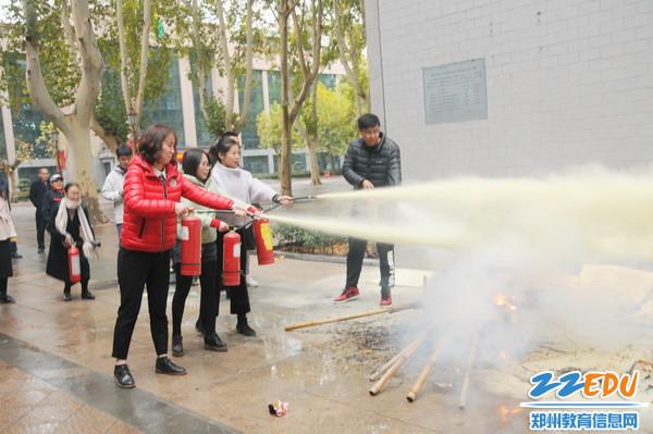 老师们练习使用灭火器灭火3