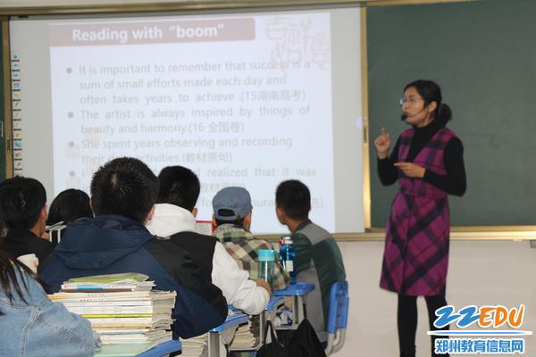 英语老师刘昭华在上课