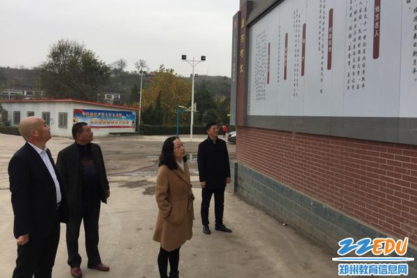 03查看捐助修建的村史文化墙