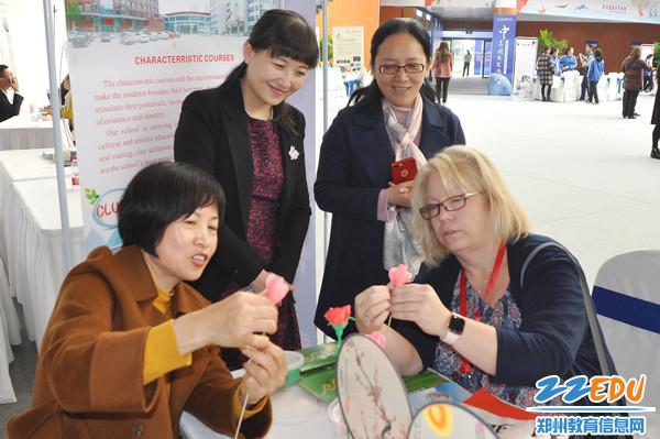 来访美国校长现场跟郑州23中老师学习制作面塑玫瑰花