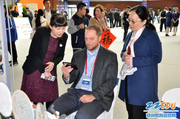 来访美国校长向郑州23中校长薛莹(右一)等展示该校汉语课堂