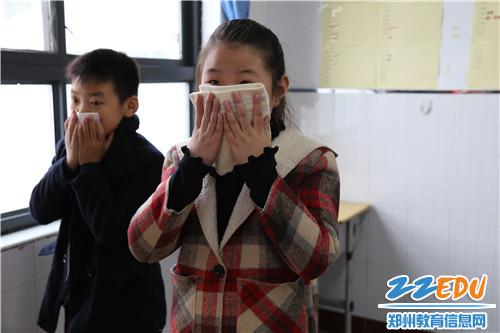 2 学生练习捂住口鼻