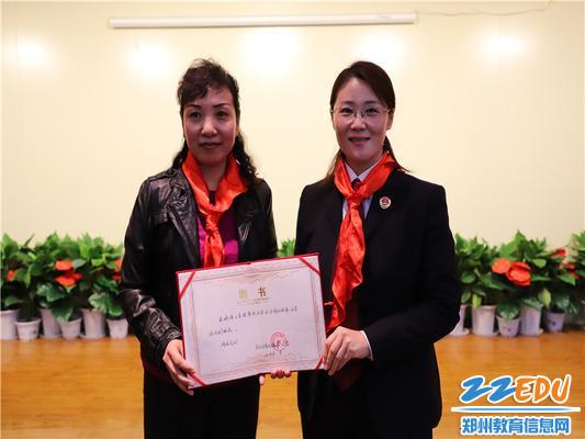 侯晓红校长为王青检察长颁发法治副校长的聘书