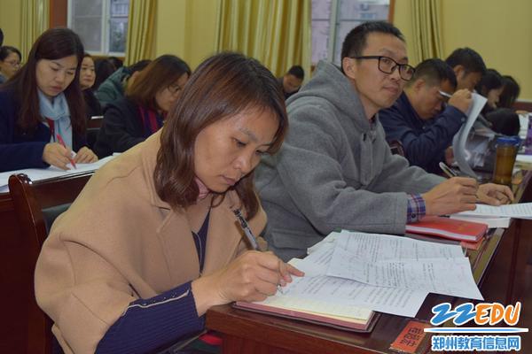 郑州三中教职工在《承诺书》上签上自己的名字_副本