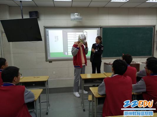 学生现场感受防毒面具和灭火器使用