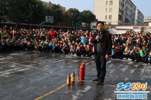 冯河涛老师给师生们讲解了灭火器的使用方法