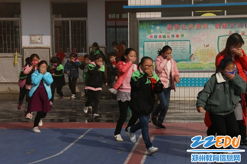 11月8日9点40分,荥阳三小开展了消防安全疏散演练