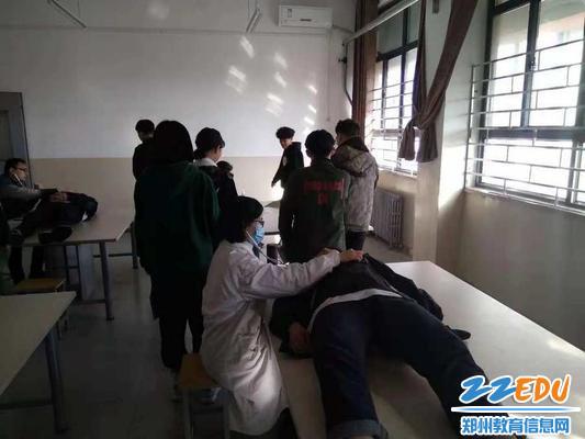 医生为学生做内科检查