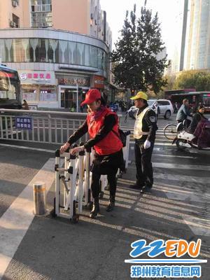 志愿者协管交通