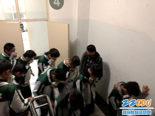5班主任及任课老师安全疏散学生撤离