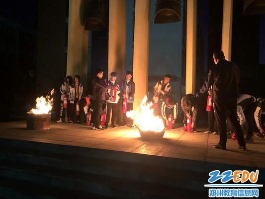 10总务处主任李宪伟指导学生使用灭火器 (2)