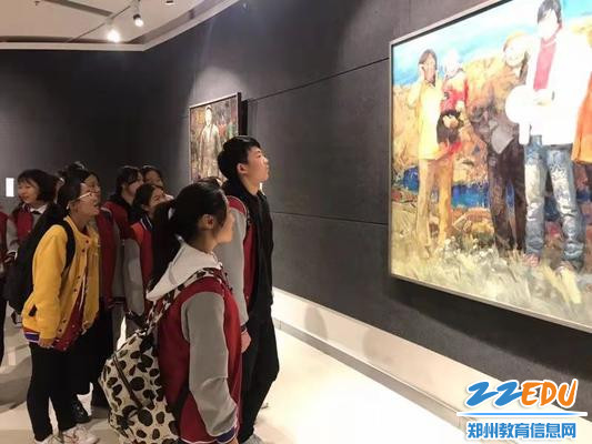 学生观看画展