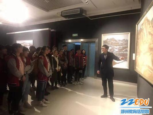 刘诗虎老师为学生讲解作品