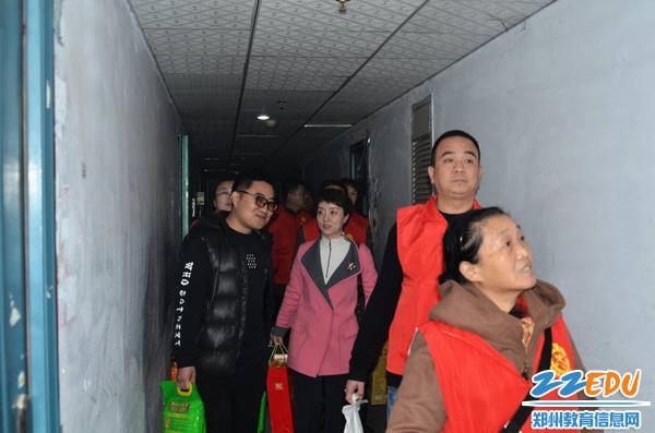 六家单位在管城区志愿者带领下进入困难家庭