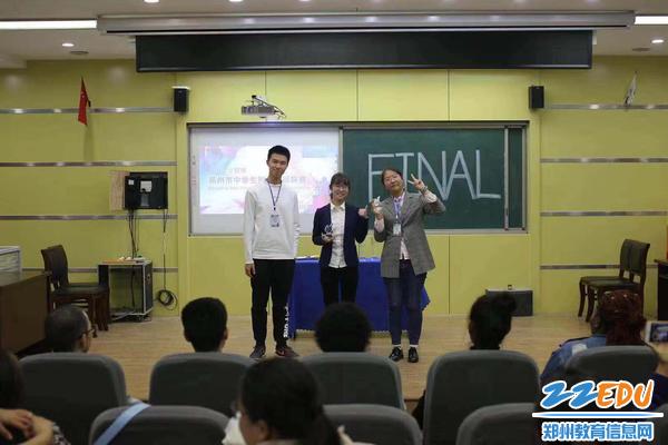 毛韵涵与辩论赛获奖选手合影