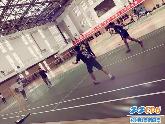 羽毛球赛场上绽放青春活力