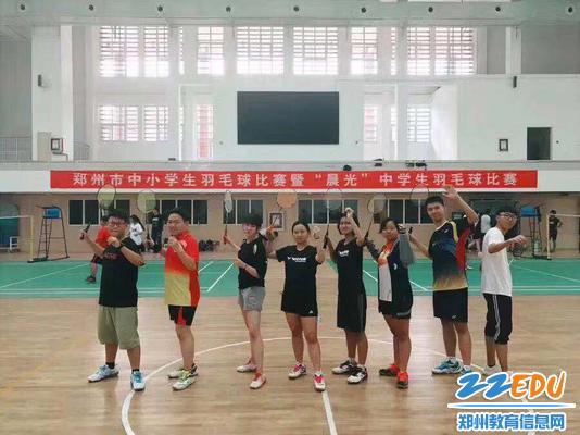 征战2017年郑州市晨光杯中学生羽毛球比赛,获团体第一名