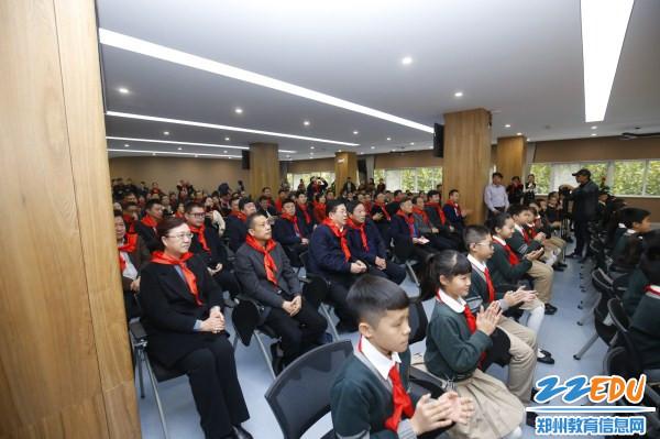 3与会领导来宾及师生家长代表观看诵读节目