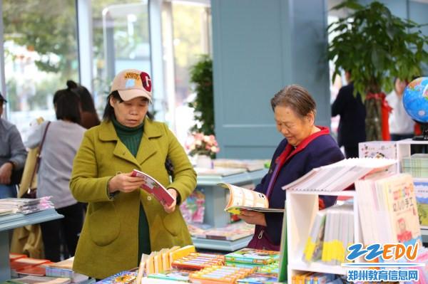 10周边社区居民在文化路一小校园阅读中心读书