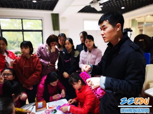 刘老师为老师讲解纺织编织原理
