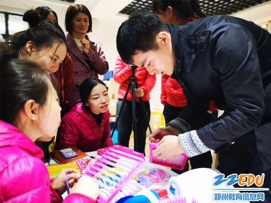 刘老师为老师讲解纺织编织过程