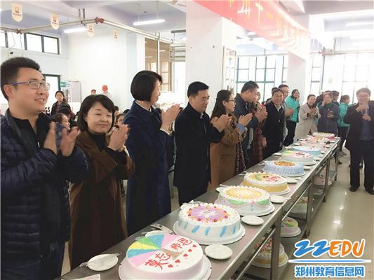 11月22日,郑州11中师生在思源餐厅举办集体生日会。