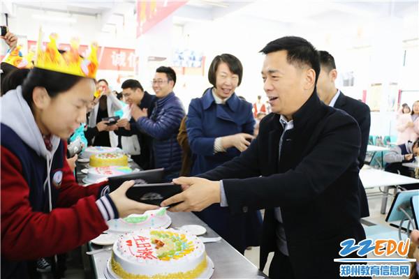 学校校长郭勤学为同学送上生日礼物及温馨祝福