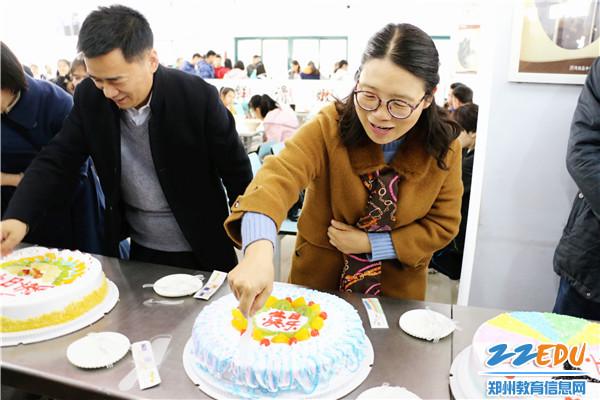 党委书记杨志娟为同学们切蛋糕