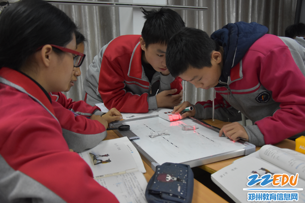 学生在动手实验探究