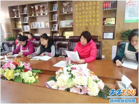 保健医王冬梅老师带领保育老师学习《准则》