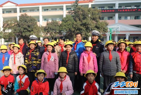 """2参加活动领导为孩子们发放""""小黄帽"""""""