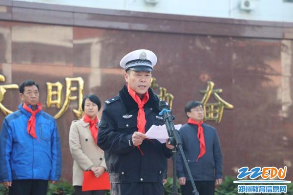 4交警一大队民警向学生进行交通安全宣传教育