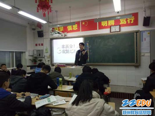 刘大帅老师与学生交流学习经验