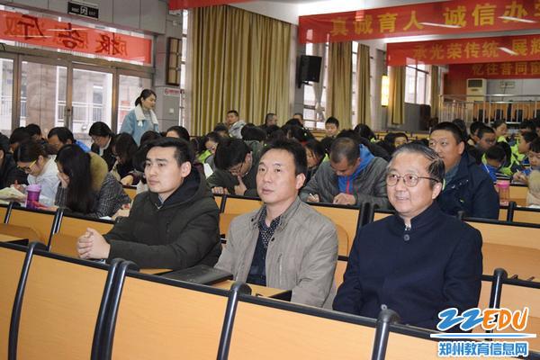 郑州三中党总支书记、校长查保翔(右一)等校领导和师生代表参加道德课堂活动_副本