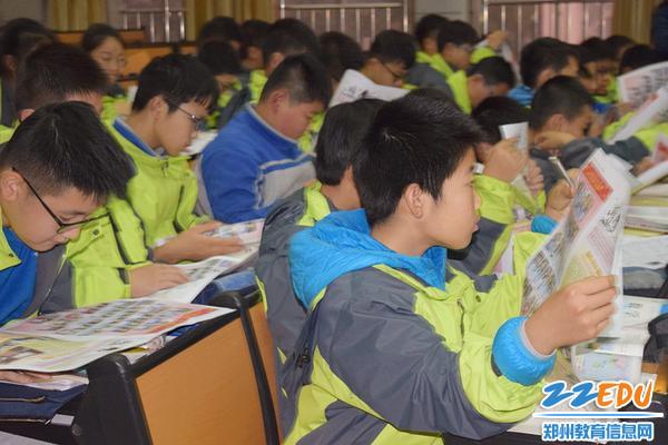师生们通过校报学习身边的保护环境的榜样_副本