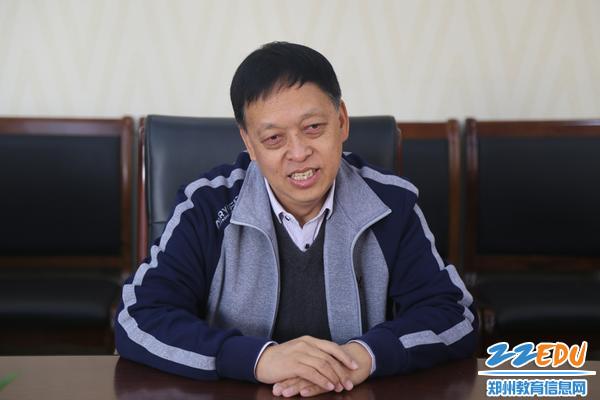 郑州回中党委书记崔振喜和再排尔古丽老师亲切交谈