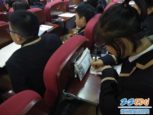 5学生认真做笔记