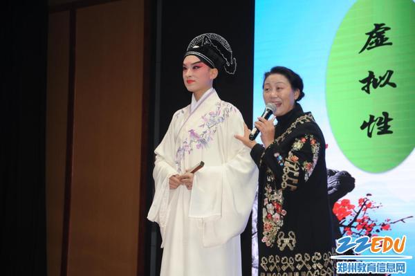 2宋晓波老师向同学们介绍戏曲艺术特点