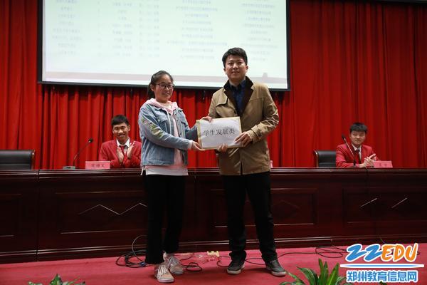 学生代表将提案移交于学生发展处主任黄坦