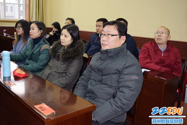 郑州三中副校长王磊和教职工一起观看演讲比赛_副本