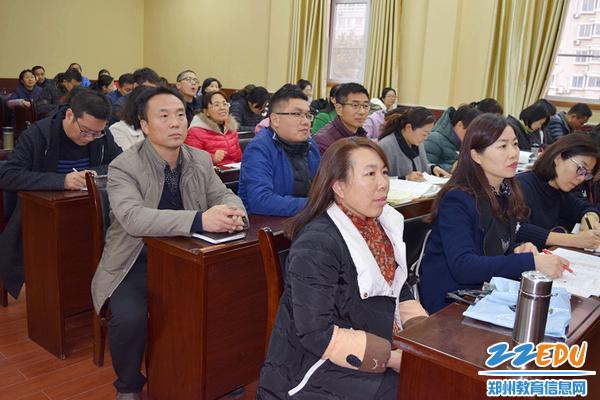 郑州三中工会主席杨海燕和教职工一起聆听比赛_副本