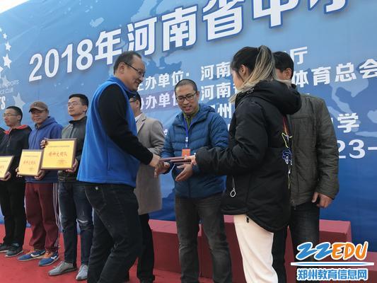 学校领队金斌老师上台领取精神文明奖奖牌