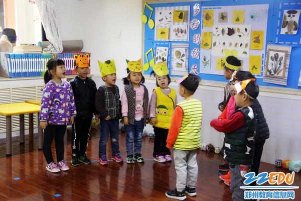 中班的孩子们认真表演童话剧