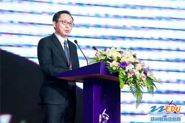 3.蒲公英教育智库总裁 李斌 主持开幕式