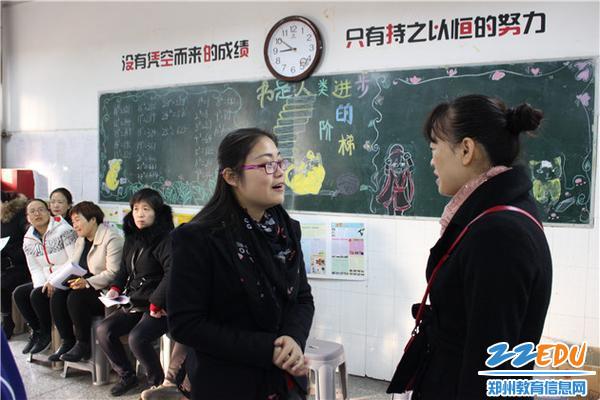 班主任王婷老师一直和家长微笑交流