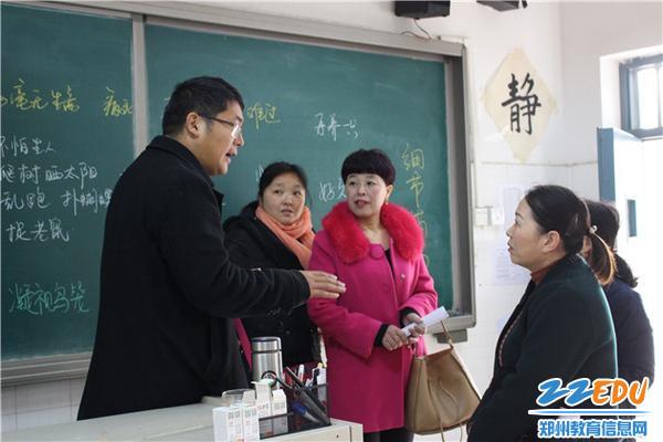 家长认真听王建超老师讲学生作业注意事项