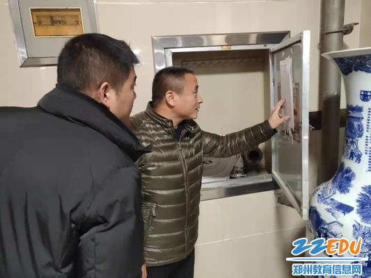 郑州八中副校长于兆进查看安全巡检记录